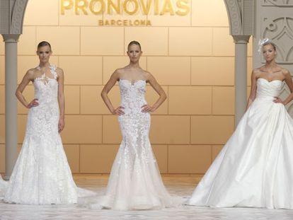 Karolina Kurkova desfila con uno de los trajes de Pronovias.