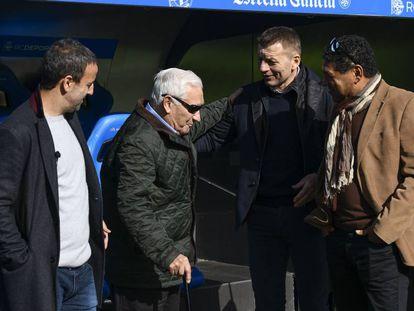 Fran, Arsenio, Djukic y Donato dialogan ante el banquillo del Deportivo en el estadio de Riazor durante la grabación de Informe Robinson