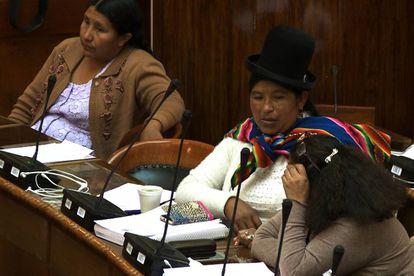 Tres diputadas durante una sesión de la Cámara, en La Paz (Bolivia).