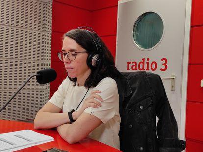 La periodista María Taosa, durante uno de los programas de 'Generación Ya' (Radio 3).