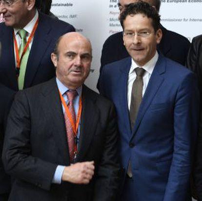 Luis de Guindos, ministro de Economía (izquierda), con su homólogo holandés y presidente del Eurogrupo, Jeroen Dijsselbloem