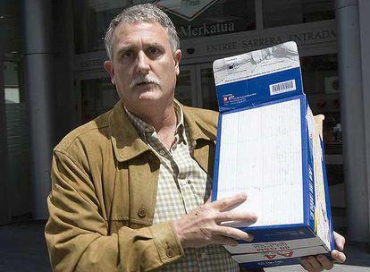 Víctor Bravo porta una caja con documentación en las puertas del Juzgado de Irún el día en que su hermano recibió la orden de ingreso en prisión.
