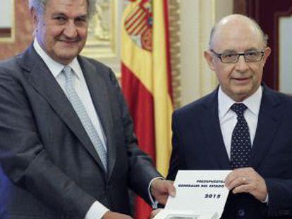 Cristóbal Montoro, a la izquierfa, entrega a Jesús Posada, el proyecto de ley de Presupuestos.