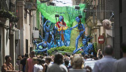 La calle Progrés, decorada para la Fiesta Mayor de 2015.