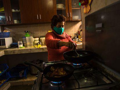 Una mujer cocina en su casa, en Lima, Perú.