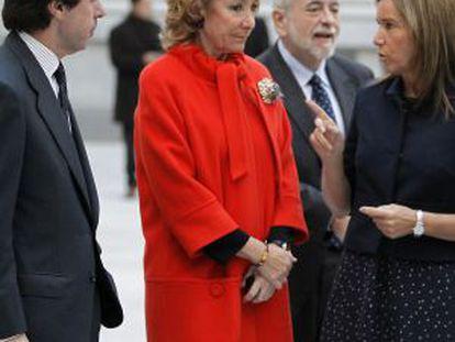 Esperanza Aguirre, José María Aznar y Ana Mato charlan en el Ayuntamiento de Madrid.