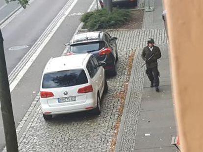 La policía ha detenido al sospechoso y tiene un vídeo que grabó el propio asaltante mientras disparaba. Según  Der Spiegel , es un hombre de 27 años