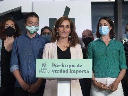 La candidata Mónica García, junto a Íñigo Errejón y Rita Maestre, durante la noche electoral.