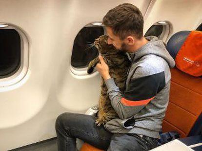 La compañía aérea se percató del engaño por las fotos que el pasajero colgó en sus redes sociales y procedió a sancionarle