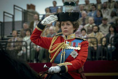 Olivia Coleman caracterizada como la reina Isabel II en 'The Crown'.