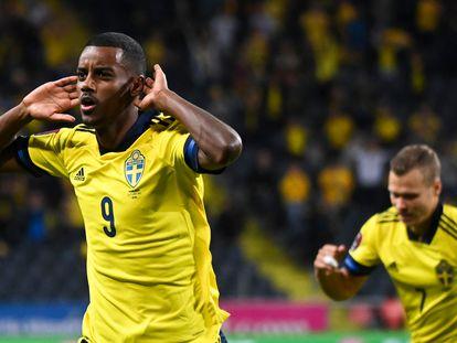 El jugador sueco Alexander Isak celebra el gol del empate.