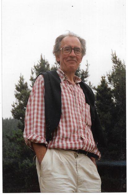 El editor Javier Abásolo, en agosto de 1994 en San Tirso, Liébana, en una imagen familiar.