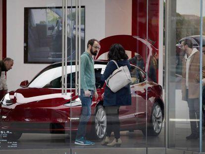 Un concesionario del fabricante Tesla en Chicago