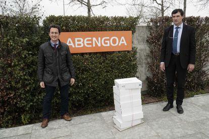 Clemente Fernández, junto al notario, Javier Muñoz Larios, en la sede de la tecnológica en Sevilla, con los avales para la junta de accionistas.