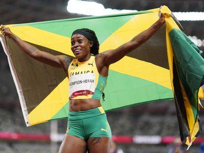La jamaicana Elaine Thompson-Herah celebra su oro olímpico en la final de 200 metros lisos de los Juegos Olímpicos 2020 disputada este martes 3 de agosto en Tokio.