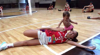Antonella González, junto a su hija Madi, durante un entrenamiento del Rocamora.
