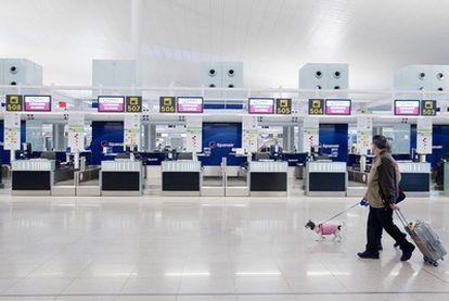 Mostradores de facturación de Spanair en el aeropuerto de El Prat tras el cese de actividad de la aerolínea.