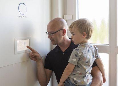 Karsten Kaddatz revisa el consumo en una batería recargable de energía solar instalada en su casa en la localidad alemana de Schwedt, junto a la frontera polaca.