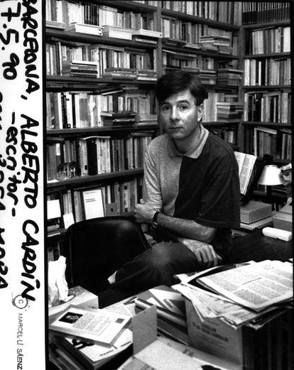 Alberto Cardín posa en su biblioteca durante una entrevista realizada para EL PAÍS en el año 1990.