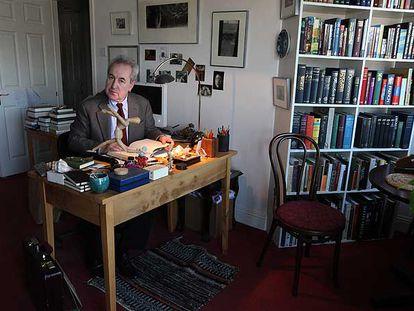 El escritor irlandés John Banville, en su estudio de Dublín en 2008.