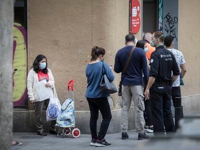 Colas de usuarios de la oficina de Asuntos Sociales del Ayuntamiento de Barcelona en el Barrio del Raval.
