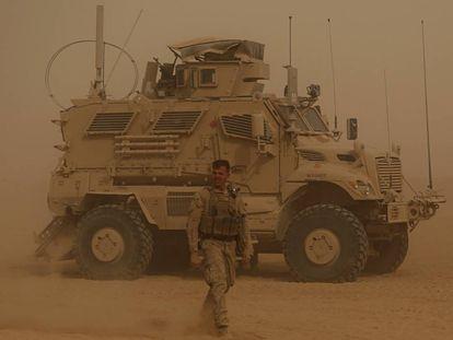 Marines de EE UU durante una tormenta de arena en la frontera de Irak con Siria.