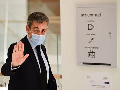El expresidente francés, Nicolas Sarkozy, saluda el martes a la prensa en el Tribunal de París