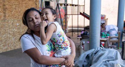 Beatriz lleva a su hija Nayeli al Instituto Madre Assunta, un albergue para mujeres y niños migrantes en Tijuana, estado de Baja California, México, el 13 de julio de 2019. Los solicitantes de asilo en los EE. UU. están desbordando los refugios de México mientras esperan a que se resuelvan sus peticiones.