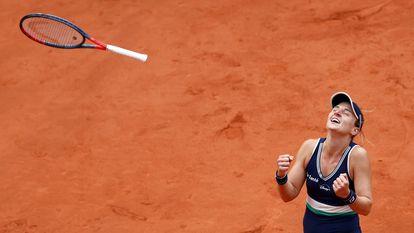 -FOTODELDIA- EA2979. PARIS, 06/10/2020.- La argentina Nadia Podoroska celebra su victoria contra la ucraniana Elina Svitolina en los cuartos de final del Roland Garrós, este martes, en París, Francia. La argentina Nadia Podoroska logró este martes una gesta histórica, clasificarse para la semifinal de Roland Garros, tras derrotar a la ucraniana Elina Svitolina, tercera favorita, por 6-2 y 6-4 en una hora y 20 minutos. EFE/ Ian Langsdon