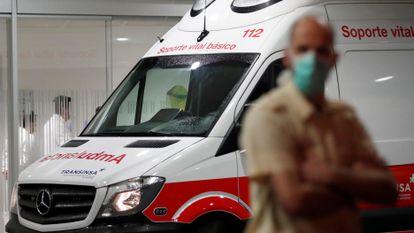 Llegada en ambulancia al Hospital Universitario Central de Asturias, en Oviedo, de uno de los primeros casos de coronavirus detectados en Asturias.
