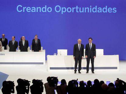 El presidente, Francisco González, y el consejero delegado, Carlos Torres, al inicio de la junta general de accionistas celebrada en Bilbao.