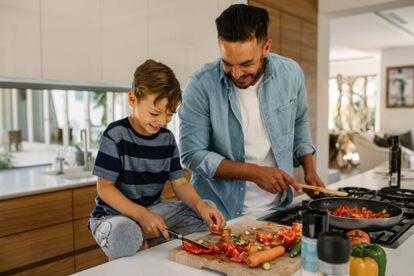 Es decisivo introducir a los menores en sabores diferentes que les permitan disfrutar de una dieta rica y variada, e inculcarles buenos hábitos alimentarios.