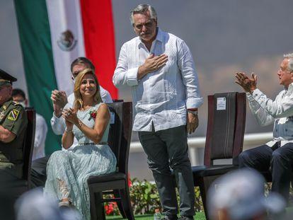 Alberto Fernández junto a López Obrador, durante la ceremonia por el Día de la Bandera en Iguala, México.