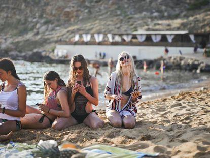 Un grupo de adolescentes disfruta de la playa.