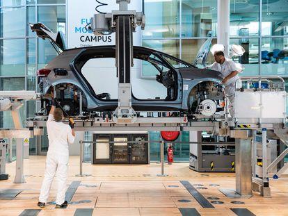 Dos trabajadores de una factoría de coches en Dresde (Alemania), a principios de junio.