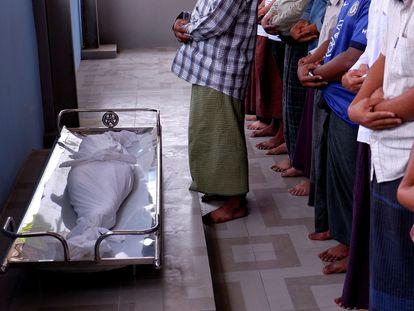 Un grupo de hombres reza durante el funeral de la pequeña Khin Myo Chit, muerta de un disparo en su casa, este miércoles.