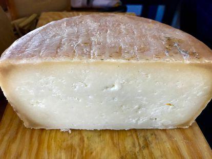 Queso de oveja curado en manteca. Leche entera, coagulación enzimática, con maduración mínima de 105 dias y embadurnado en manteca de cerdo ibérico. Queso Payoyo