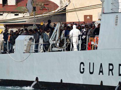 Otros 200 inmigrantes rescatados llegan al puerto de Catania.