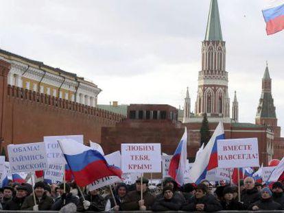 Miles de personas se congregaron este martes en la plaza Roja de Moscú para celebrar la adhesión de Crimea a Rusia.