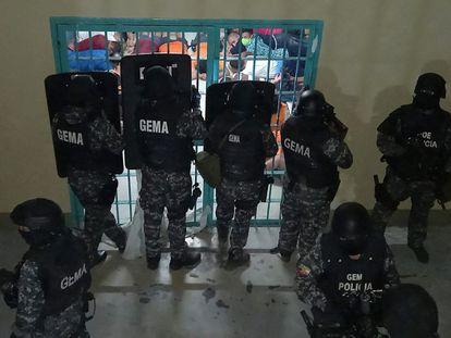 Miembros de la Policía Nacional de Ecuador mientras realizaban un operativo en la prisión de Guayaquil que sufrió el motín en septiembre pasado.