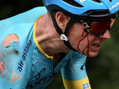 Fuglsang, sangrando por la ceja tras su caída.