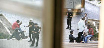 Varios policías identifican a extranjeros en la plaza de Tirso de Molina.