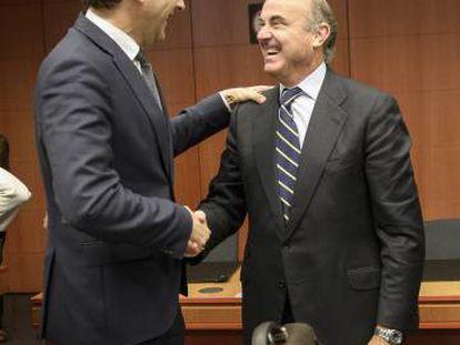 El presidente del Eurogrupo, Jeroen Dijsselbloem, conversa con el ministro español de Economía, Luis de Guindos y el ministro griego de Finanzas, Euklid Tsakalotos