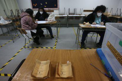 Trabajadores realizan el conteo de votos en una mesa electoral en la comuna de San Bernardo, en Santiago, el pasado 13 de junio.