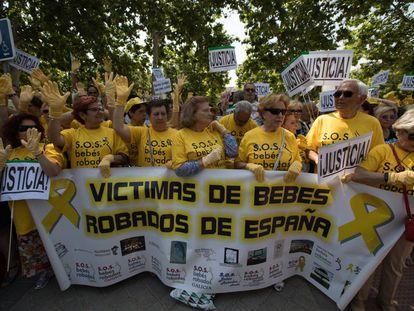 Manifestación de afectados por la trama de bebés robados el pasado junio.