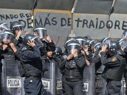 Policías mexicanos custodian el Senado.