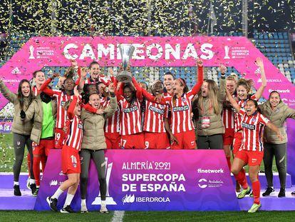 Las jugadoras del Atlético celebran este sábado su triunfo ante el Levante en la final de la Supercopa de España, disputada en el Estadio de los Juegos Mediterráneos de Almería.
