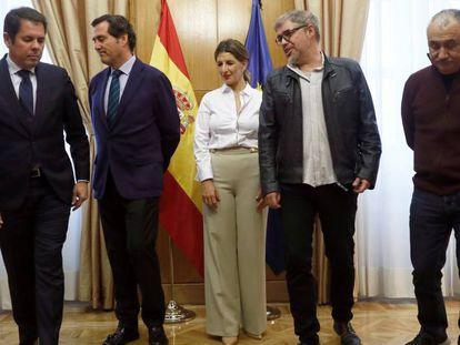 De izquierda a derecha: Gerardo Cuerva (Cepyme); Antonio Garamendi (CEOE); Yolanda Díaz, ministra de Trabajo y Economía Social; Unai Sordo (CC OO) y Pepe Álvarez (UGT).