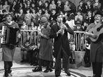 Madrid, 10 de enero de 1974. Los payasos Gaby (2d), Fofó (2i) y Miliki (1i) junto a Fofito (1d) interpretan una canción en su programa televsivo.