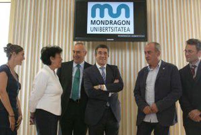 De izquierda a derecha, la secretaria general de MU, Idoia Peñacoba, Isabel Celaá, Iosu Zabala, Patxi López, el diputado general de Gipuzkoa, Martín Garitano, y el vicepresidente de MU, Pedro Urteaga.